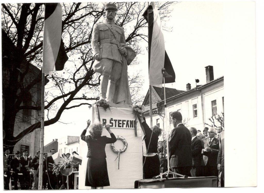 Socha gen. Štefánika pred evanj. kostolom