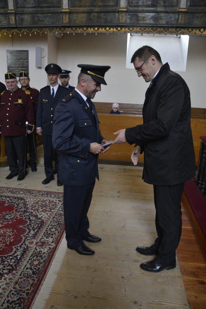 Primátor Štefan Bieľak odovzdáva pamätnú medailu za príkladnú prácu predsedovi DHZ Marošovi Vaverčákovi