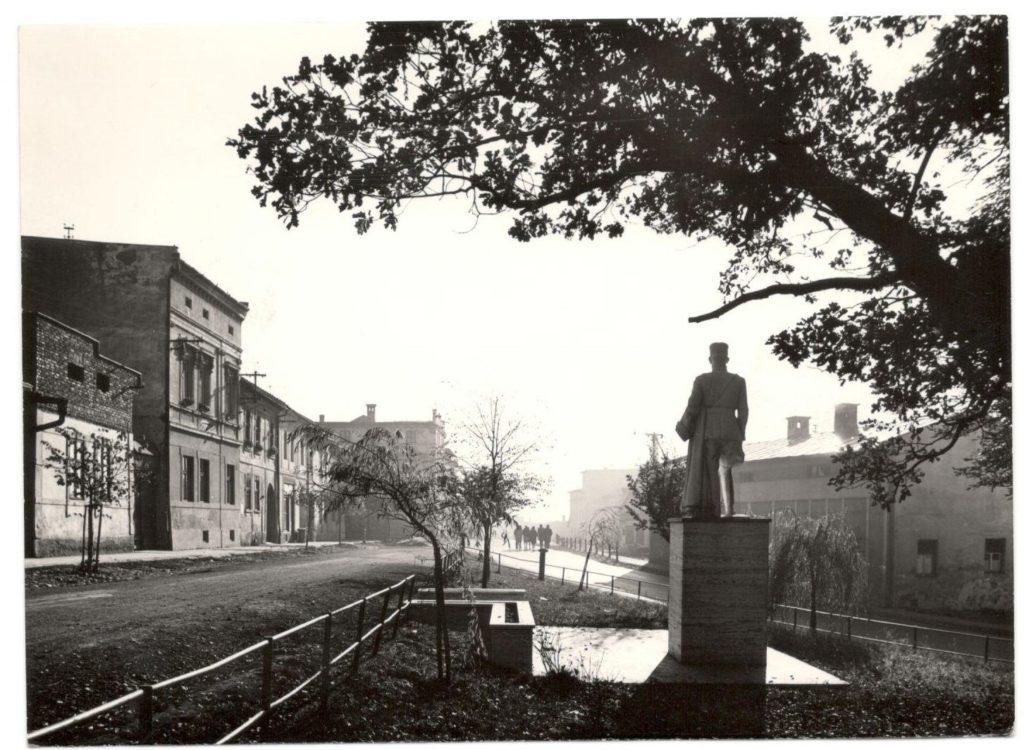Socha M. R. Štefánika v parku pri evanjelickom kostole