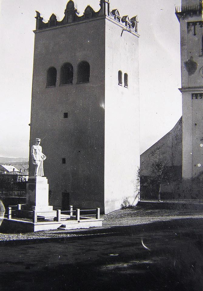 Socha gen. Štefánika pri mestskom úrade(pôvodné miesto)