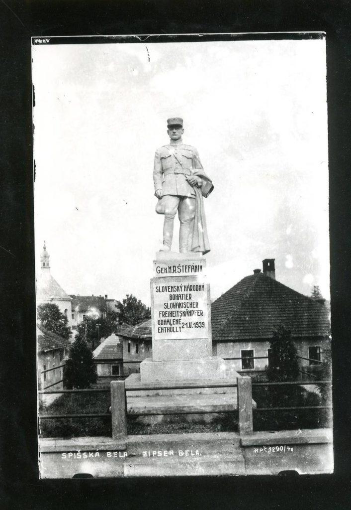 Socha M. R. Štefánika pred MsÚ