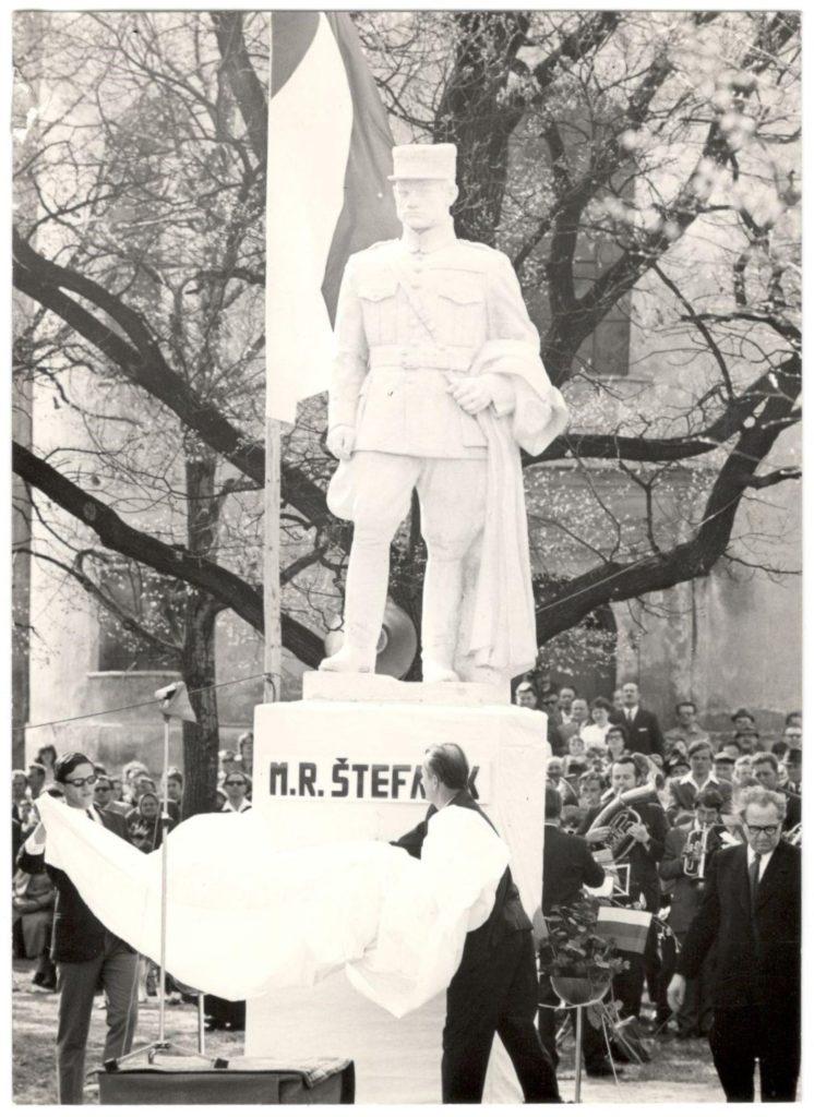 Odhalenie sochy po jej premiestnení do parku pri evanjelickom kostole v r. 1968