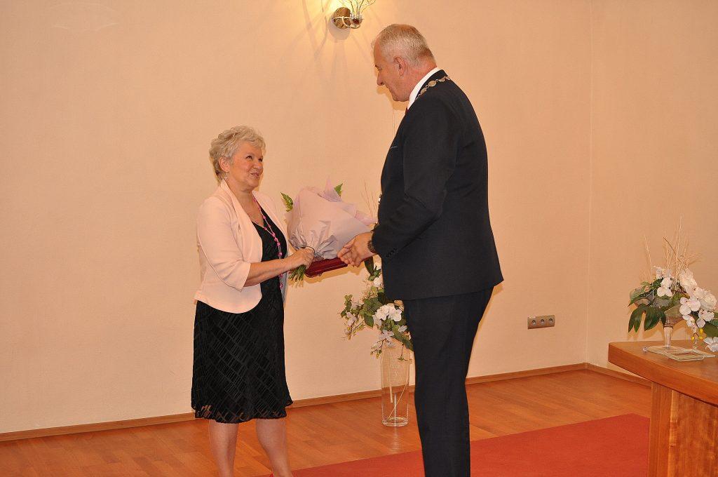 Mgr. Elena Stachová, končiaca riaditeľka ZŠ M. R. Štefánika, pri poďakovaní primátorom mesta Jozefom Kunom