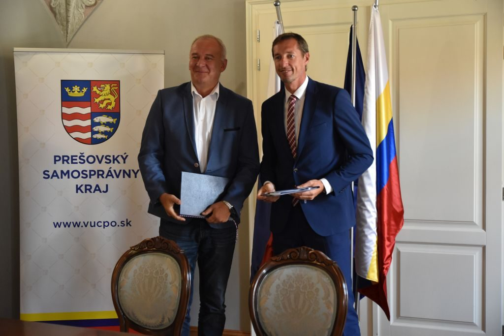 Primátor mesta Jozef Kuna a predseda PSK Milan Majerský po podpise zmluvy