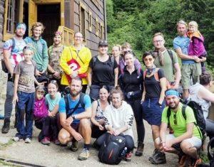 účastníci plenéru pred chatou Plesnivec