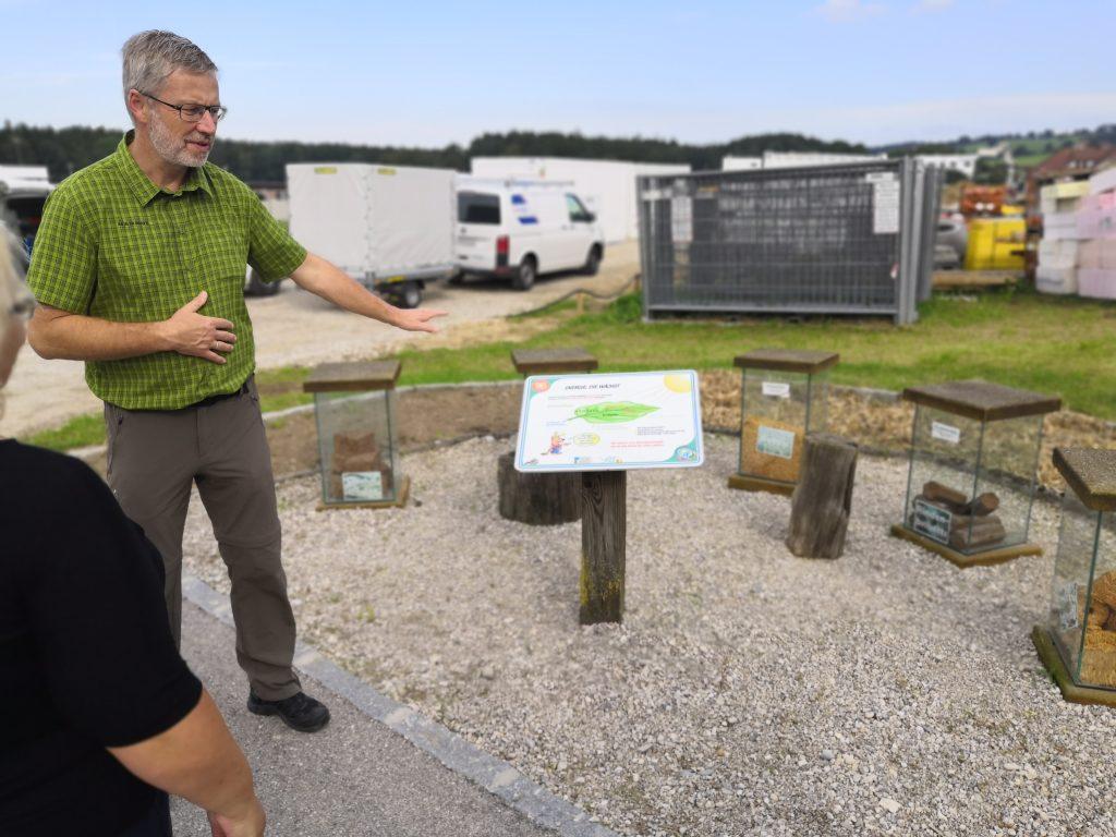 Časť náučného chodníka v obci s informáciami o rozumnom využívaní prírodných zdrojov.