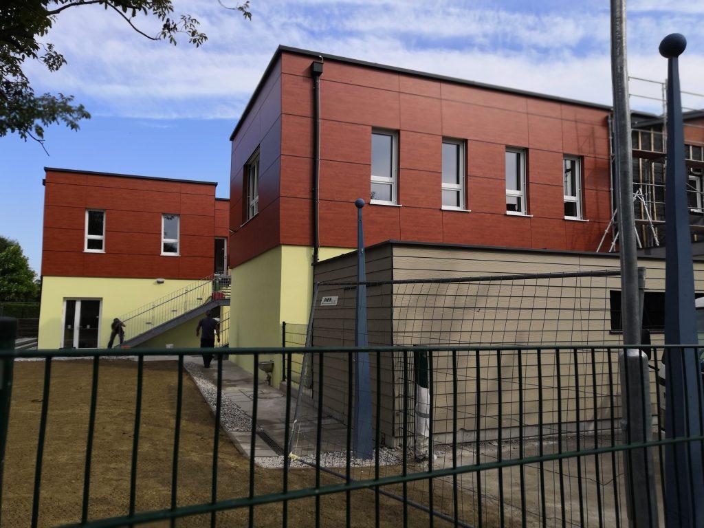 Exteriér materskej školy v Biberbachu - dokončovacie práce po nadstavbe.