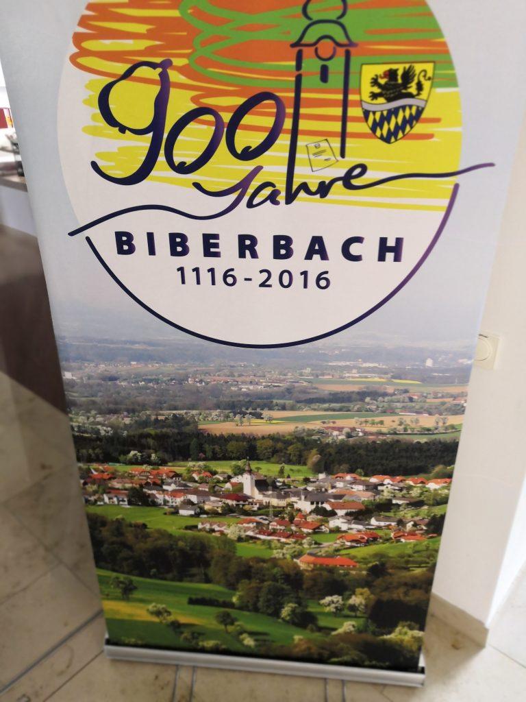 Informačný panel obce Biberbach pri príležitosti k 900. výročiu vzniku obce (v doslovnom preklade BOBRÍ POTOK).
